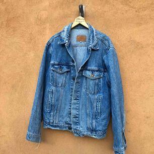 Supersnyggt sliten vintage jeansjacka från Levis. Storlek 44 på lappen sitter som en medium. Kan hämtas i Uppsala eller skickas mot fraktkostnad