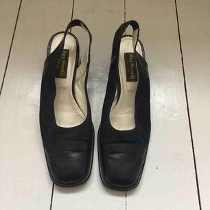 Fina Slingbacks skor! Storlek 40 men funkar på mig som har 39 också. Köpta secondhand men aldrig använda av mig.