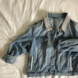 jättefin jeansjacka! spetsen på kragen och fickorna är pålimmade av mig så är osäker på hur den klarar maskintvätt. kan mötas upp i stockholm! 🌹