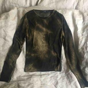 Transparent tröja med lite batikkänsla i grönt. Supersnygg!! Köpare står för frakt, annars möts jag upp i Uppsala.