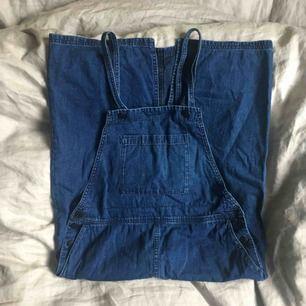 Jeansklänning med fickor som går ner under knäna på mig som är 175 cm lång. Monki anger storlek XS, men den passar mer en S. Köparen står för frakt, annars möts jag upp i Uppsala🐳