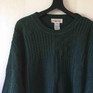 Mörkgrön stickad tröja köpt 2-hand   Sparsamt använd av mig   Sitter fint overzise på mig som normalt har xs och är 1,60cm!   Bild 3 visar färgen bäst   Frakt 79kr