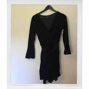Klänning från H&M. Såsåså fin omlottklänning i sammet men kommer inte till användning. Frakt tillkommer!