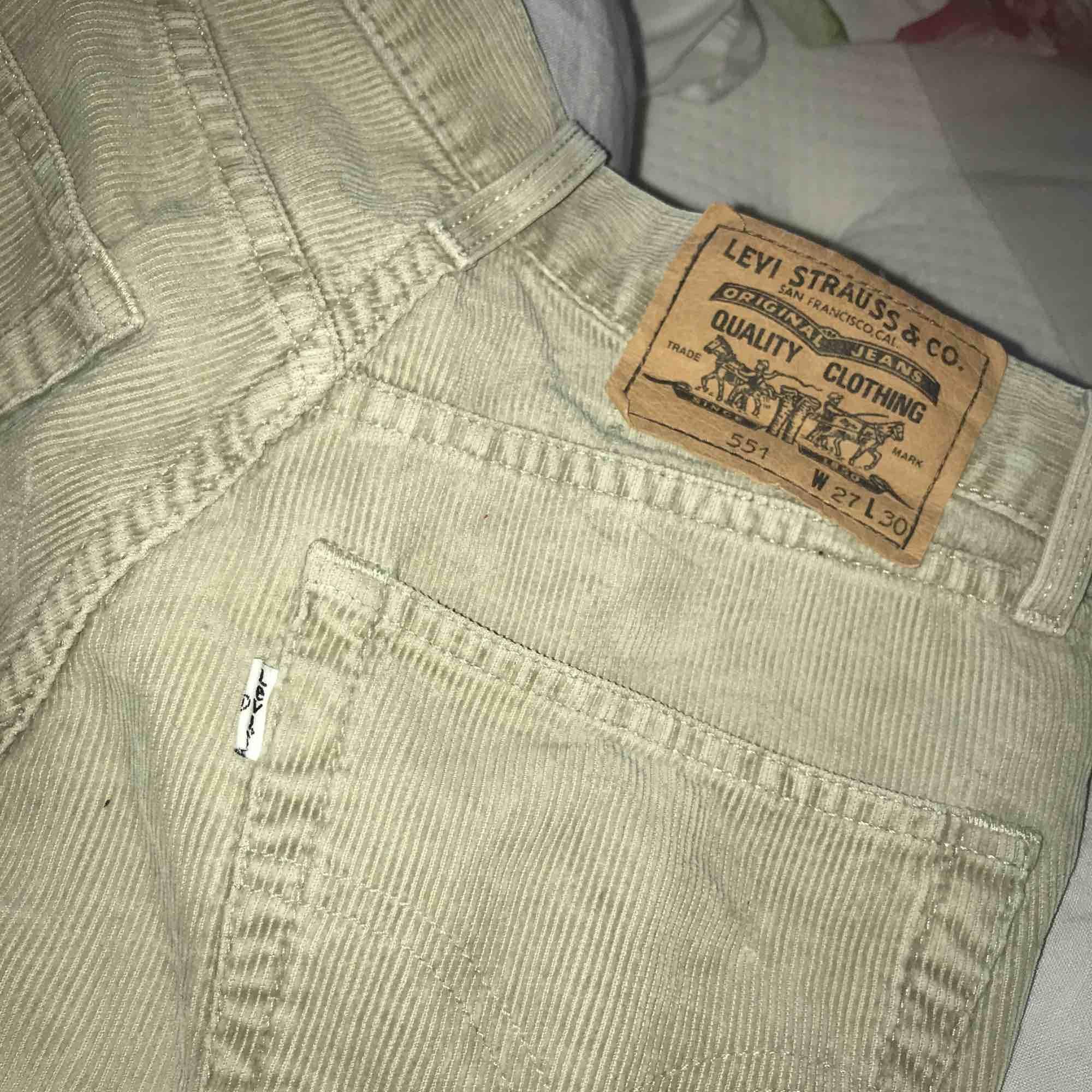 """OBS! Säljer dessa på tradera pga många vill köpa dessa. Annonsen hittar ni under rubriken """"beigea manchester levis"""" av andreabring på tradera. 💖kram. Jeans & Byxor."""