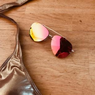 Golden baddräkt med gulddetaljer. Solbrillorna ingår😎 Båda oanvända! Frakt: 39kr