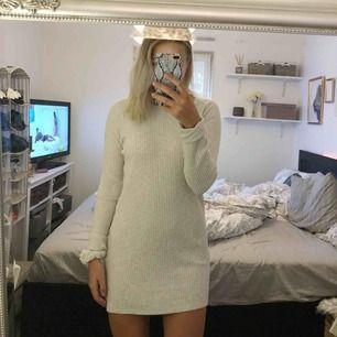 Fin stickad klänning från bikbok. Passar S-L beroende på hur man vill att den sitter. 200kr +50kr frakt.
