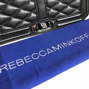 """En mycket fin väska som går att använda till både vardags och helg! Den är i äkta skinn och i bra skick. Modellen heter """"love crossbody bag"""" och köptes december 2016 i New York, nypris: 4236 kr, d ust bag ingår.  Skriv för mer info!"""
