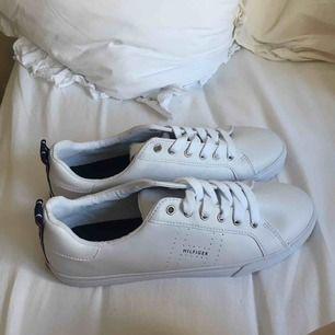 Ett par helt använda sneakers från hilfiger, köpta i USA i somras. Storlek 40. Fraktar helst!