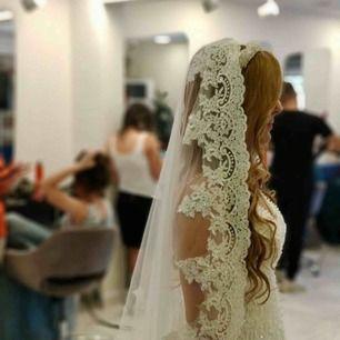 Jag säljer min vackra brudklänning från Istanbul, 2018. Mitt pris 15.000kr. En 4 meters lång spestsiga slöja ingår. Klänningen är i perfekt skick och är i storlek  36-38. Kvitto finns. Den är kemtvättad. Finns i Tumba/Stockholm.