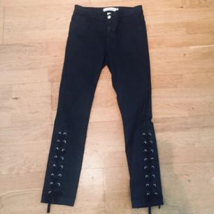 Skitsnygga svarta jeans/byxor med snörning nedtill! För små för mig tyvärr. Frakt: 55kr