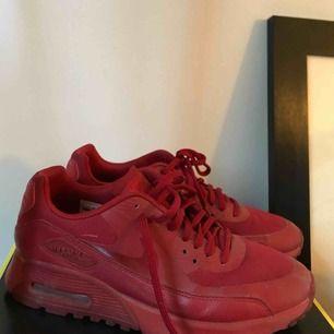Hel röda Nike Air Max 90, i väldigt gott skick använda 2 gånger men har tyvärr blivit för små för mig. Möts upp i Stockholm