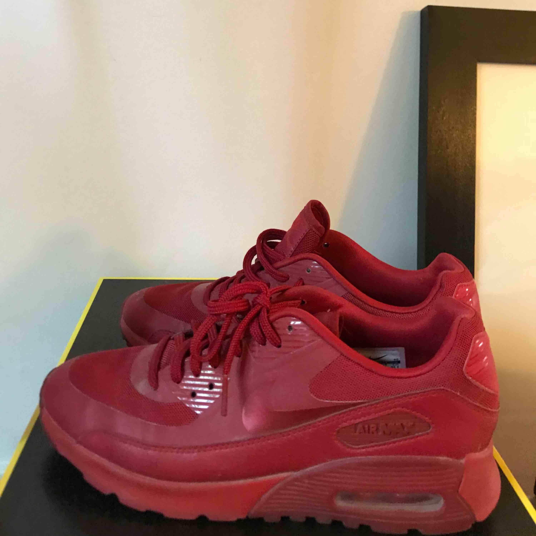 05fb6295ce0 ... Hel röda Nike Air Max 90, i väldigt gott skick använda 2 gånger men har  ...