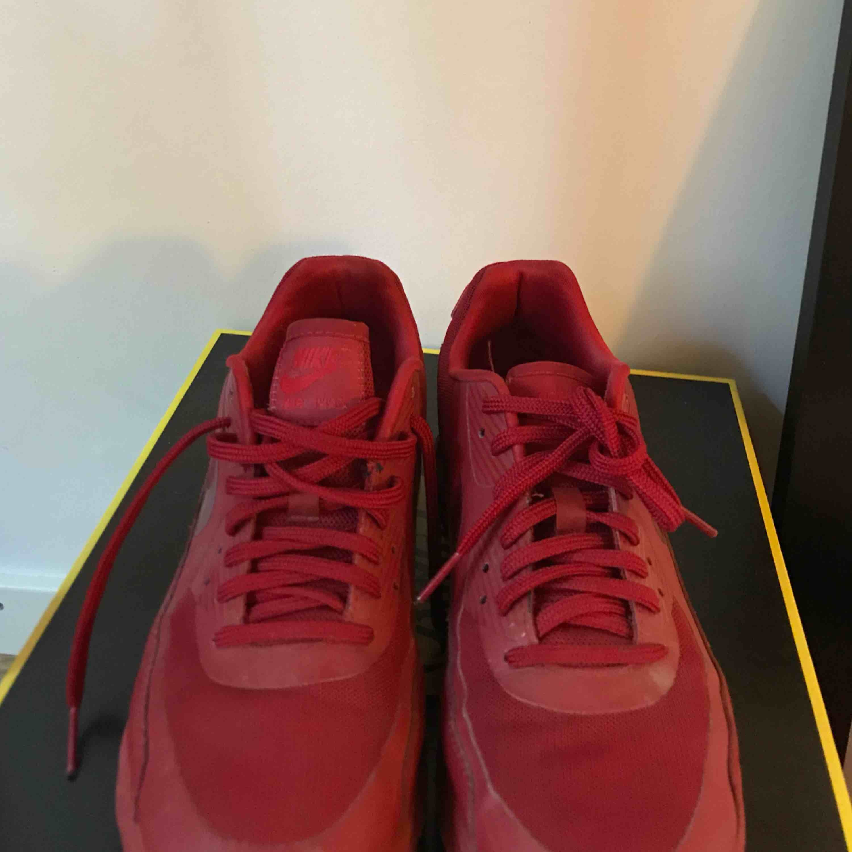 4b46af81f73 ... Hel röda Nike Air Max 90, i väldigt gott skick använda 2 gånger men har