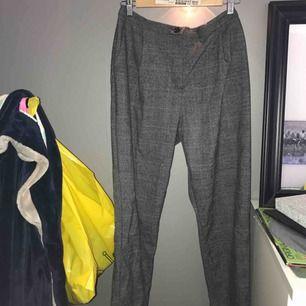 Rutiga kostymbyxor från Monki i storlek 42. Använda ett fåtal gånger. Köparen står för alternativ frakt 😘