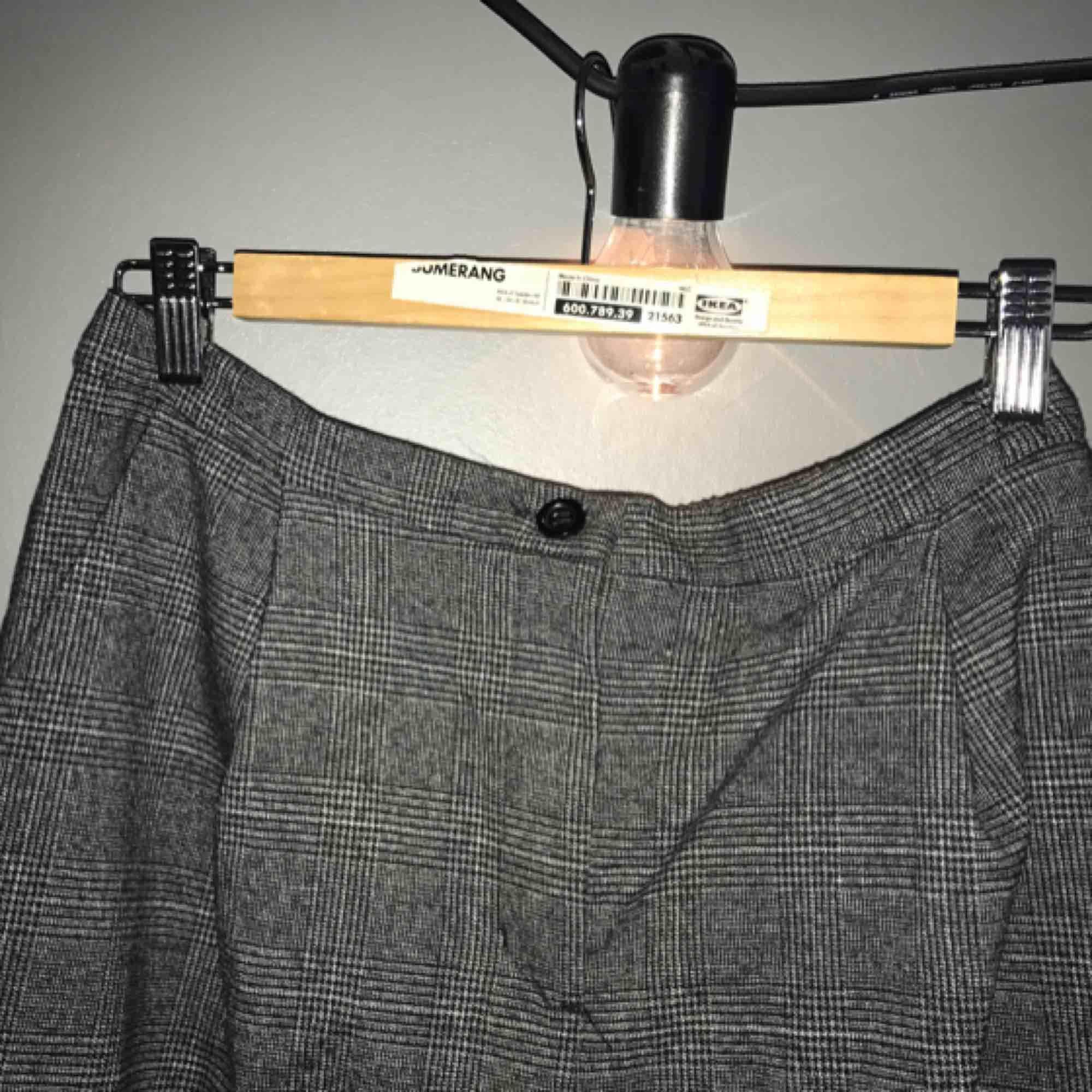 Rutiga kostymbyxor från Monki i storlek 42. Använda ett fåtal gånger. Köparen står för alternativ frakt 😘. Jeans & Byxor.