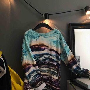 En mönstrad sweatshirt från Monki i storlek XS men skulle säga att den passar XS-M. Köparen står för frakt 💃🏼