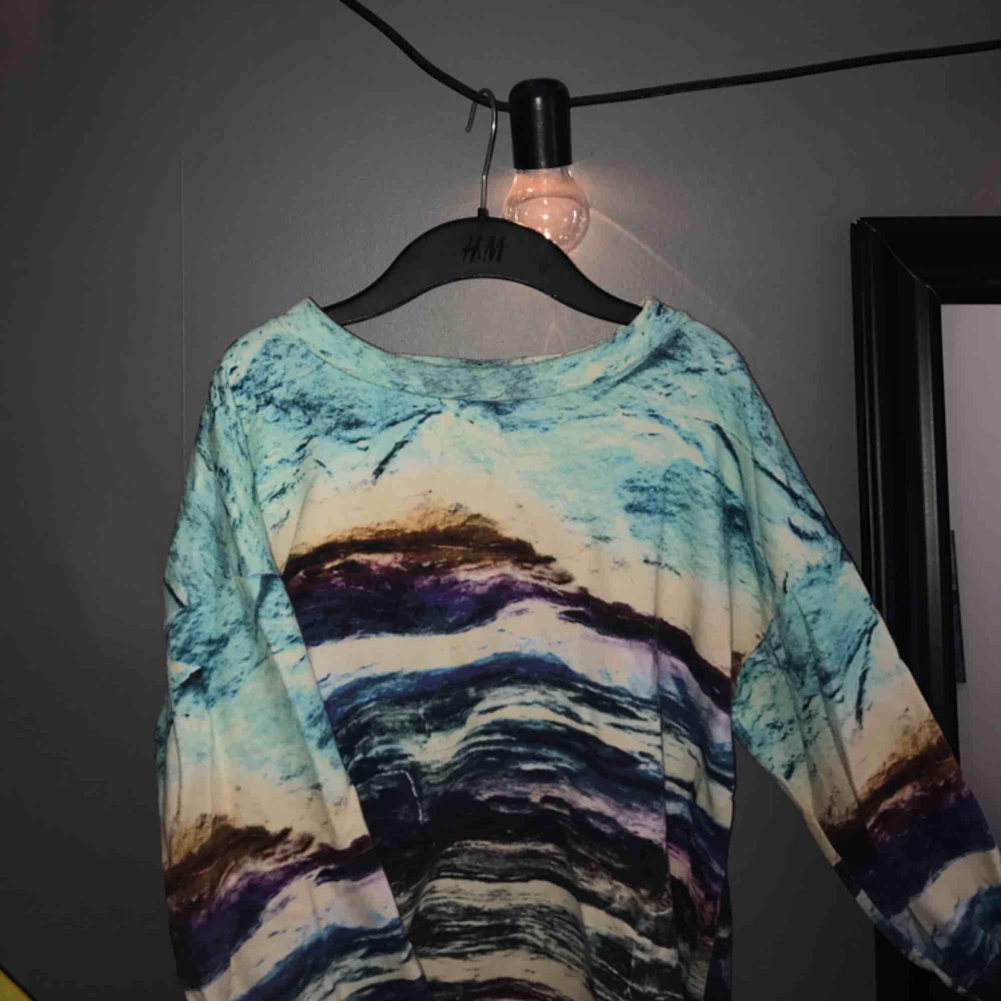 En mönstrad sweatshirt från Monki i storlek XS men skulle säga att den passar XS-M. Köparen står för frakt 💃🏼. Huvtröjor & Träningströjor.