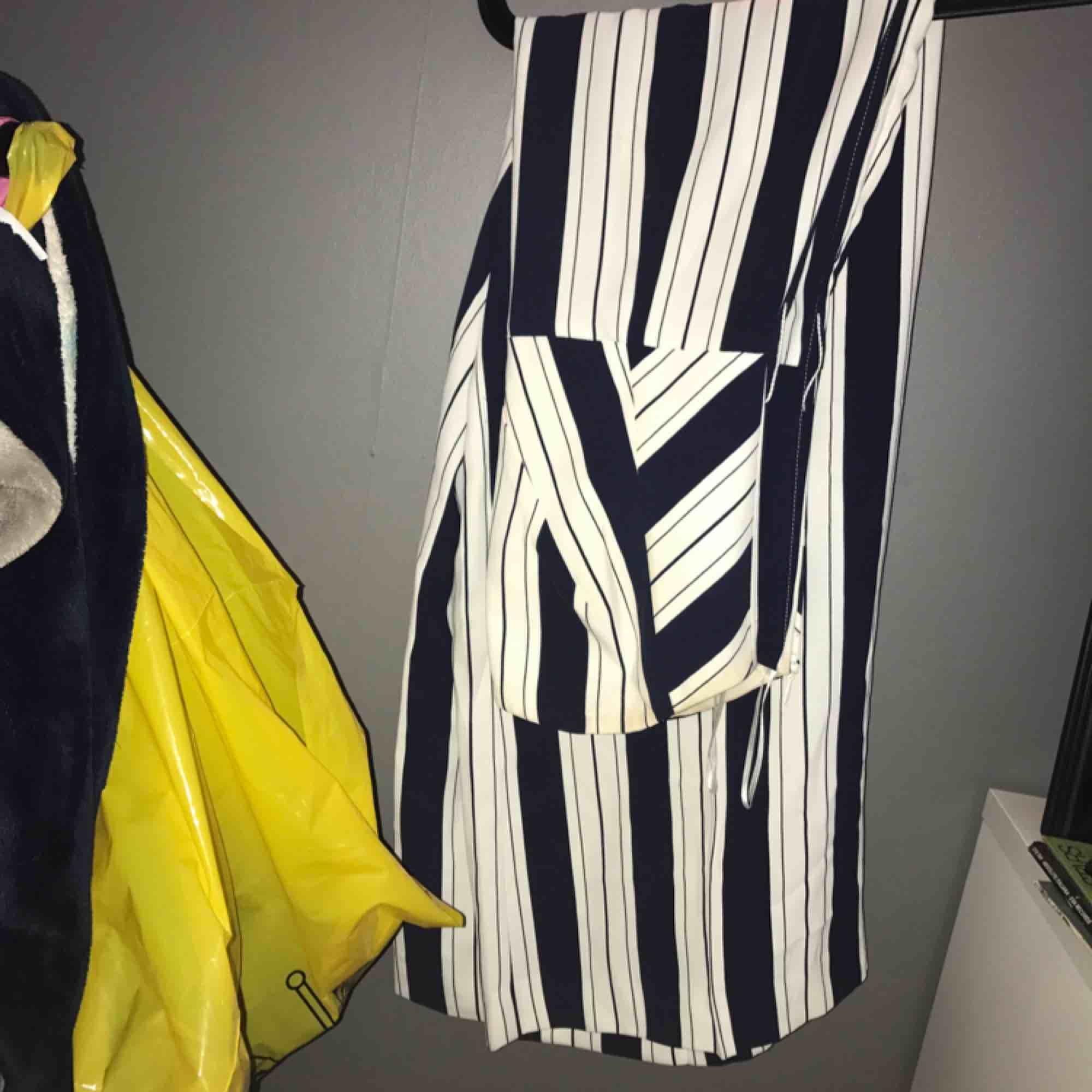 Marinblå och vitrandig byxdress från HM. Originalpris: 500-600kr. Säljer för 200kr, använd två gånger. . Klänningar.