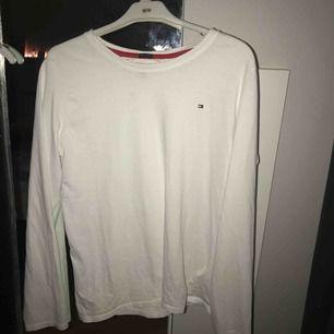 Basic vit tröja från Tommy Hilfiger.  Priset går att diskuteras vid snabbaffär! Pm för mer info och bilder 💫