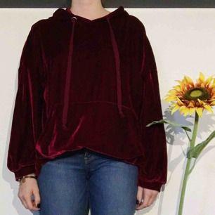 En snygg tjocktröja från Zara i röd sammet. Otroligt mysig och hänger väldigt snygg på en. Den har en rymlig luva och en stor ficka där fram. Köparen står för frakt :)