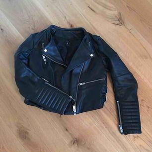Jacka äkta läder i kortare modell med fina detaljer, från H&M. Kostade runt tusenlappen när jag köpte den. Varsamt använd. Frakt ingår i priset. Swish