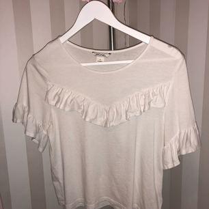 jättesöt t-shirt från monki. jättebra skick! 🌸 kan mötas upp i östersund, annars frakt 30:-