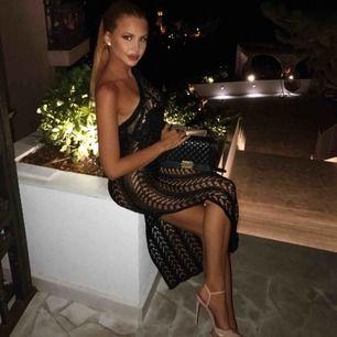 Säljer klänningen från SorelleUK, den är i ett lite glansigt stickat material och perfekt utomlands, till strand eller utgång. 55 kr frakt
