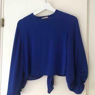 """En blå tröja ifrån Zara med fin öppen rygg och typ """"ballong""""ärmar. Använd någon gång så den är i bra skick! Fraktar helst!"""
