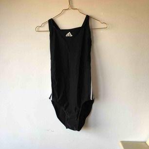 Baddräkt från Adidas ✨ använd 2 gånger. stl XS eller liten S. Finns i Malmö, kan skickas mot frakt 😊