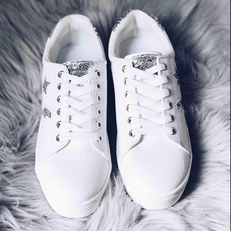Ett par helt oanvända sneakers från HM med coola detaljer på. Så coola skor men har tyvärr aldrig fått användning för dem :(  frakt tillkommer på 58 kr.. Skor.