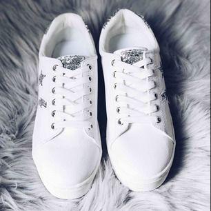 Ett par helt oanvända sneakers från HM med coola detaljer på. Så coola skor men har tyvärr aldrig fått användning för dem :(  frakt tillkommer på 58 kr.