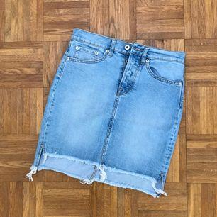 Supersnygg jeanskjol, aldrig använd. Frakt ingår i priset! 💌💌💌