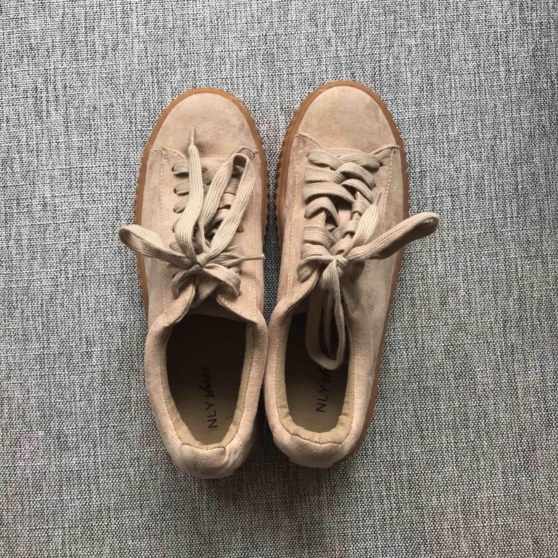 Ett par helt oanvända sneakers från NLY shoes. Väldigt coola med snygg sula, men har tyvärr aldrig fått användning för dem :( frakt tillkommer på 58kr.. Skor.