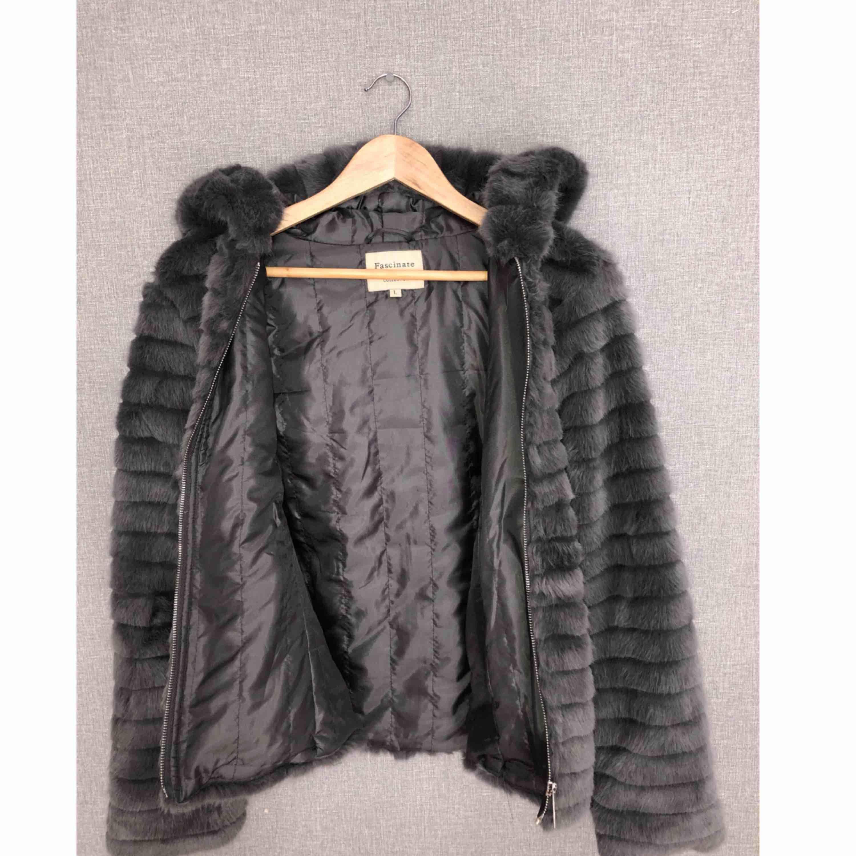 Oanvänd pälsjacka i märket Fascinate collection. Köptes för 799kr. Jackor.