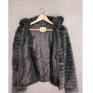 Oanvänd pälsjacka i märket Fascinate collection. Köptes för 799kr