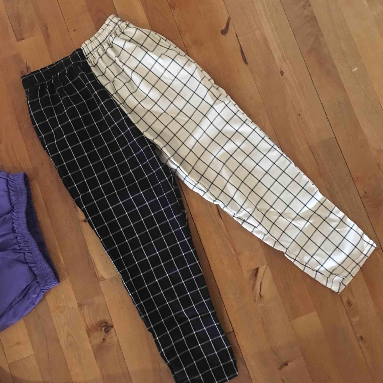Två färgad byxa, storlek S! Kan funka med M men det blir tajt (vilket jag inte gillade drf säljer jag😭)  Frakt 39kr! Se mina andra byxor!. Jeans & Byxor.