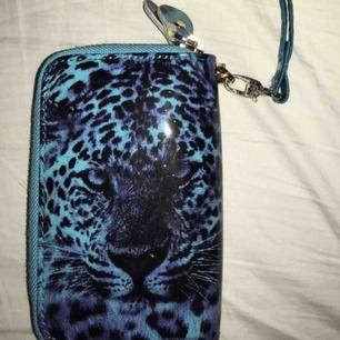 En söt blå plånbok med leopard på med gulddetaljer