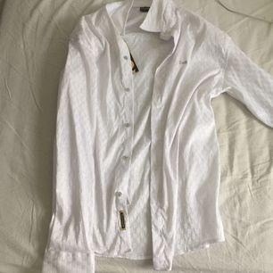 Äkta D&G skjorta i strlk L jävligt snygg som oversize till ett par blåa mom jeans. Aldrig använd🤠🤠🤠