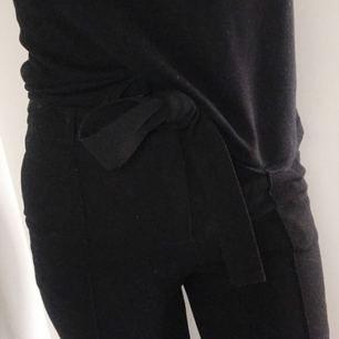 Kostymbyxor från VILA. Svarta med pressveck fram. Högmidjade med knytband i midjan (och gylf). Ankellånga, på mig som är 165.