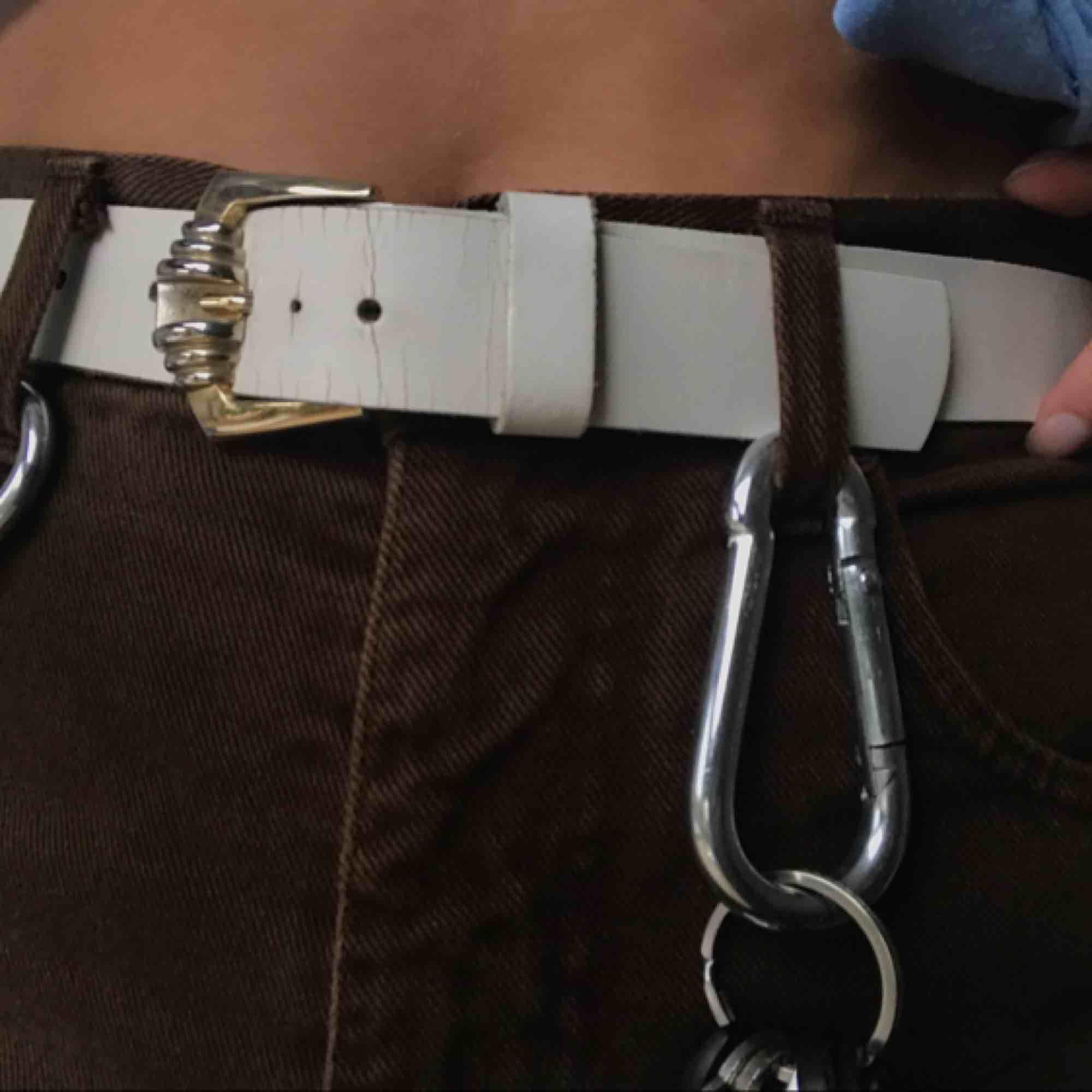 Vitt skärp med silverspänne som passar till allt! . Accessoarer.