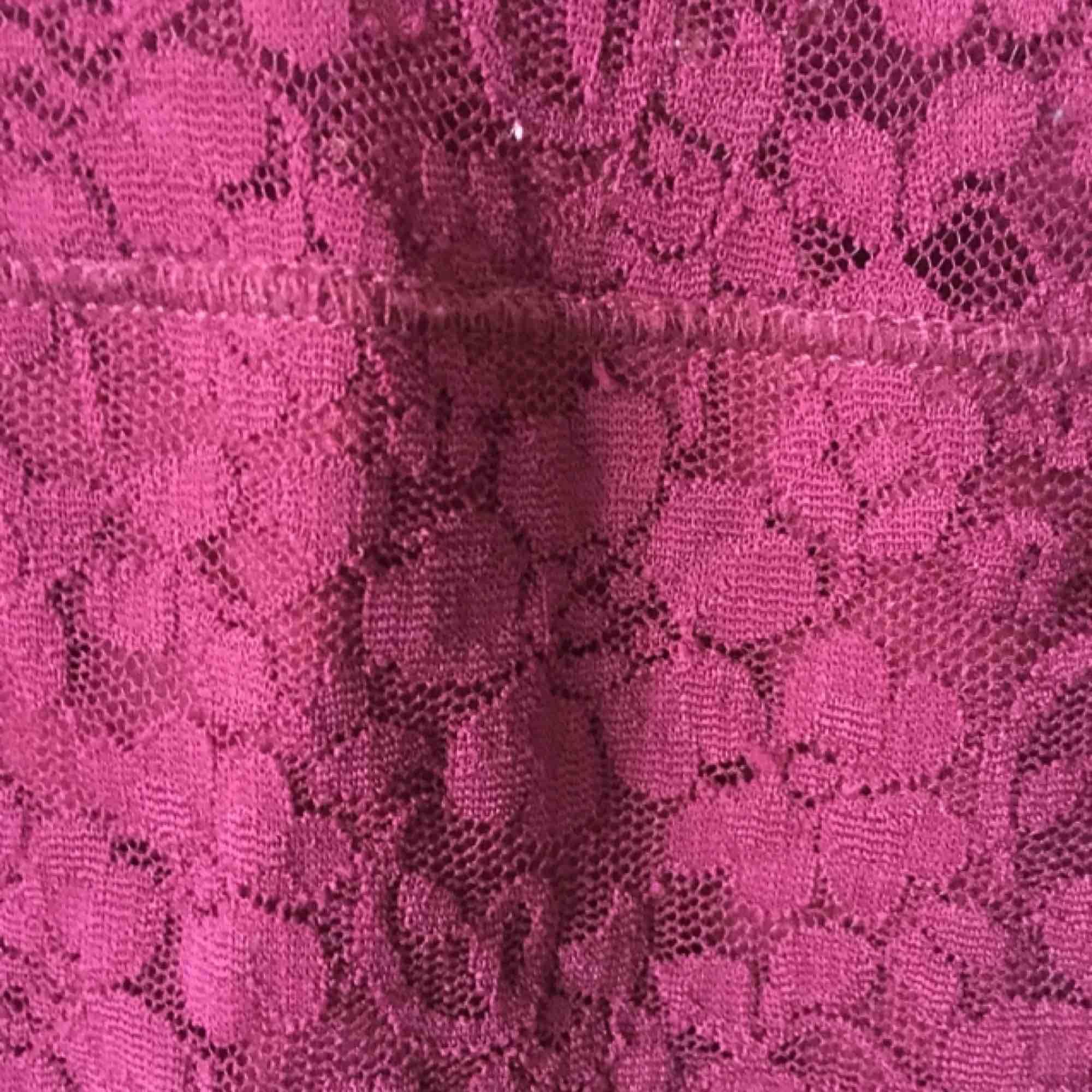 Väldigt snygg klänning i vinrött från Hollister.  Frakt kan diskuteras.. Klänningar.