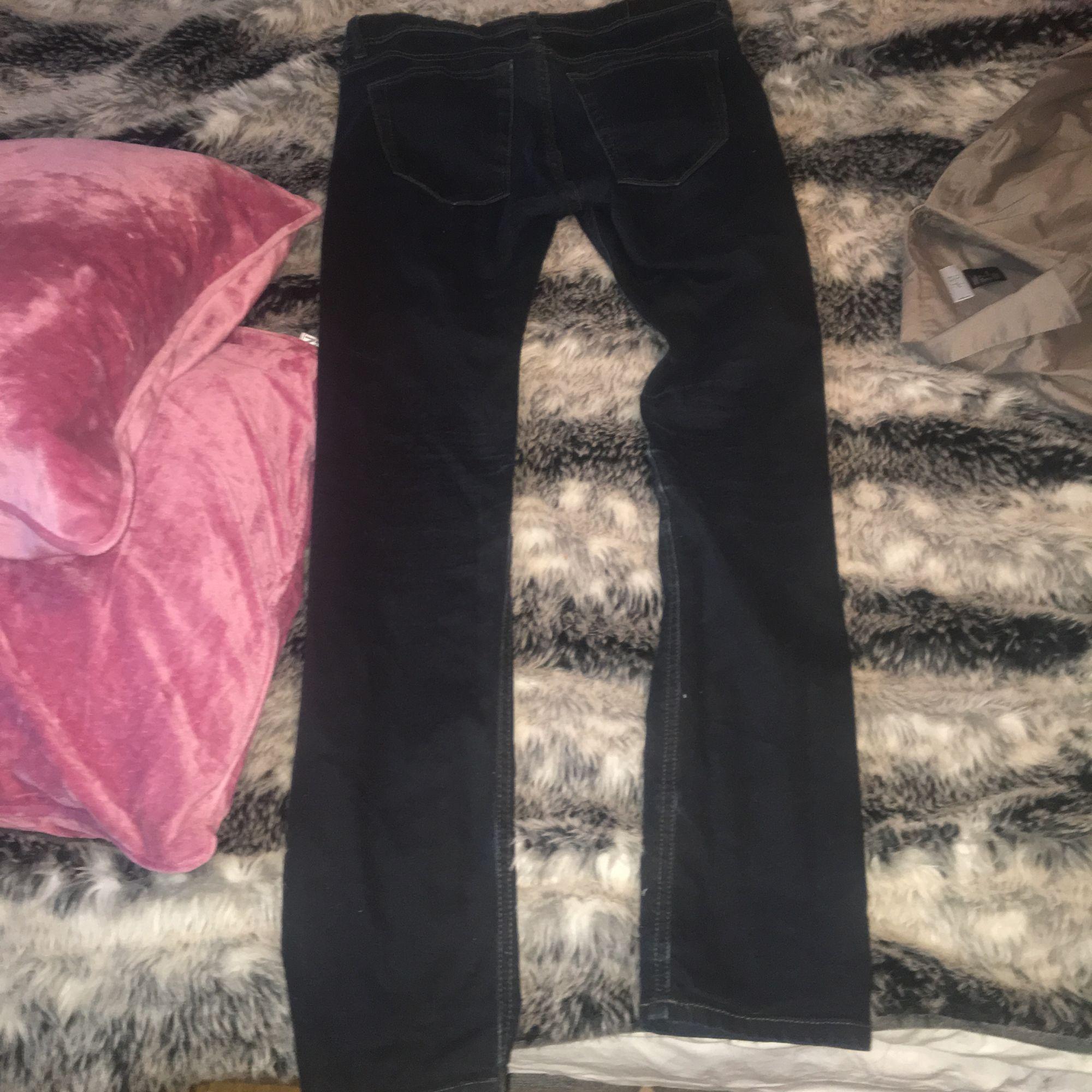 Ett par svarta/blåa jeans knappt använda 150kr inklusive frakt . Jeans & Byxor.