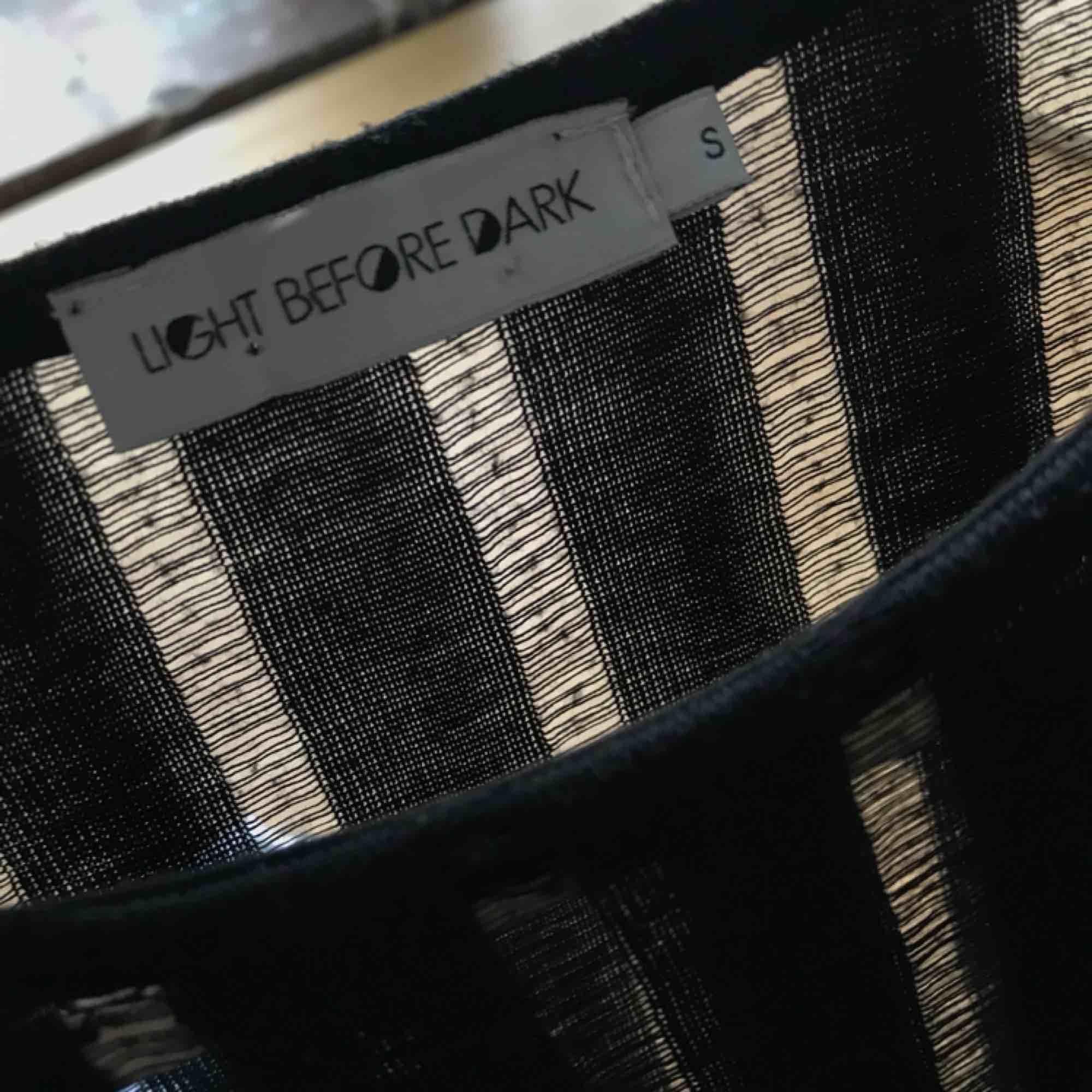 """Svart randig tröja, ränderna består av tätare vs tunnare """"tråd"""", se sista bilden! Köpt på urban för nåt år sedan och är i princip nyskick!. Tröjor & Koftor."""