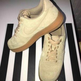 köpt i våren,  sälja denna fina, mjuka skor pga lite för stora   bilden ser ut konstiga färger, men i verkligen ser ut beige               frakt ingår !