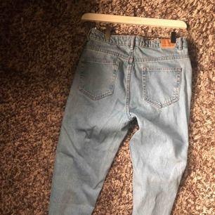 Jättesnygga mom jeans från Zara. Köpt innan sommaren, knappt använda pga förstora i storleken. Passar strl 36-38 , S/M, perfekt i längden om man är runt 165 cm. Köpta för 499 kr.