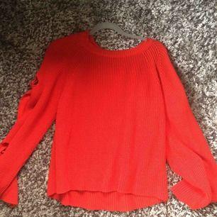 Superfin oversized stickad tröja från Gina Tricot. Passar de flesta till storleken beroende på hur man vill att den ska sitta. Knappt använd, köpt förra vintern!