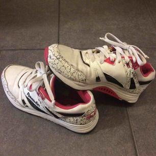 Reebok Hexalite Vita/rosa/mönstrade. Cool sko i fint skick. Köparen betalar frakt.