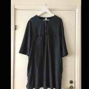 26a7bb001d32 Helt oanvänd klänning. Mörkblå med små vita blommor. . Klänningar.
