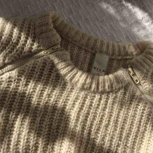 Créme färgad stickad tröja, sparsamt använd. Frakt 50kr. 100% akryl.