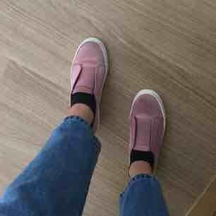 Suuupersnygga rosa steve madden sneakers i storlek 38. Bra skick bortsett ifrån att dem har några mindre slitningar. Kan mötas i stockholm eller frakta då köpare står för fraktkostnad.  Kolla gärna in mina andra annonser☺️